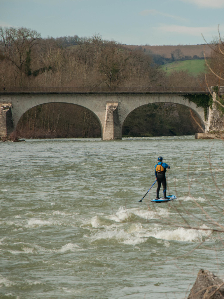 stand up paddle Anonym ( sup ) gonflable en eaux vives.